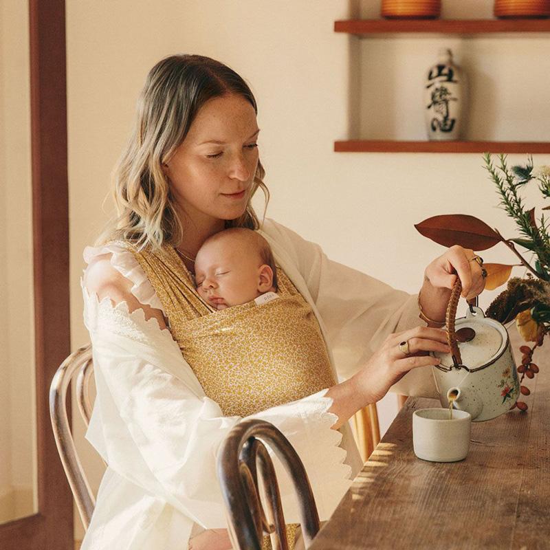 Địu cho bé Ergobaby Aura Baby Wrap - Honeybee Floral