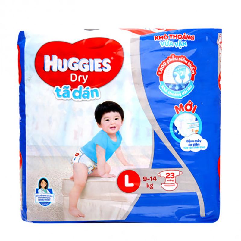 Bỉm - Tã dán Huggies size L - 68 miếng (Cho trẻ 9 - 14kg) là dòng bỉm dán dành cho các bé 9 - 14kg. Những đặc điểm ưu việt của dòng tã Huggies mới như: bọc kén con tằm ngăn hằn đỏ ở mọi vị trí tiếp xúc, 1000 phễu thấm hút giúp thấm nhanh thần tốc và khóa chất lỏng, mặt đáy thoáng khí 100%,... mang đến cho bé yêu nhà bạn những trải nghiệm thật thích thú và thoải mái khi vận động. Sản phẩm sẽ là giải pháp hoàn hảo cho các ông bố bà mẹ khi chăm sóc con yêu trong những năm tháng đầu đời. Bỉm - Tã dán Huggies size L - 68 miếng (Cho bé 9 - 14kg) Bỉm - Tã dán Huggies size L - 68 miếng (Cho trẻ 9 - 14kg) 1. Đặc điểm nổi bật của sản phẩm + Bọc kén con tằm ngăn hằn đỏ Tã dán Huggies size L mang đến cải tiến mới trong dòng tã dán của Huggies đó chính là thiết kế bọc kén con tằm - lớp đệm siêu mềm như bọc kén giúp ngăn hằn đỏ ở mọi vị trí tiếp xúc, nâng niu làn da bé ngay từ khi chào đời. Bỉm - Tã dán Huggies size S - 56 miếng (Cho trẻ 4 - 8kg) + Bề mặt siêu thấm hút Tã dán Huggies size L dùng cho bé ngay từ những ngày đầu tiên chào đời với công nghệ 1000 phễu siêu thấm nhanh chóng thấm hút mọi chất lỏng. Kết hợp các rãnh dọc giúp thấm nhanh và dàn đều chất lỏng, ngăn thấm ngược trở lại, giúp bề mặt tã khô thoáng hơn, cho trẻ một làn da khỏe mạnh, ngăn ngừa hăm tã hiệu quả. Bỉm - Tã dán Huggies size S - 56 miếng (Cho trẻ 4 - 8kg) + Hộc chống tràn 3 chiều vượt trội - Tã dán có thiết kế dạng hộc ở phần lưng giúp chống tràn sau hiệu quả, ngăn chất lỏng chảy ngược ra ngoài khi bé nằm - Vách chống tràn hai bên với chất liệu mềm mại, ôm lấy chân bé, giúp ngăn chất thải tràn sang 2 bên, cho bé cảm giác thoải mái và tự do trong từng cử động. Bỉm - Tã dán Huggies size S - 56 miếng (Cho trẻ 4 - 8kg) + Màng đáy thoát ẩm nhanh chóng Màng đáy thoát ẩm 100% cho phép không khí lưu thông dễ dàng, thoát khỏi màng đáy nhanh chóng giúp giữ cho da bé luôn được thông thoáng và ngăn ngừa hăm tã hiệu quả. + Chất liệu siêu mềm, êm ái và thoáng khí Tã dán sơ sinh Huggies sử dụng chất liệu cao cấp, siêu